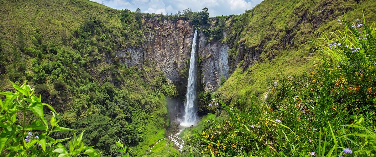 Sipisopiso-waterval-in-noord-Sumatra-indonesie