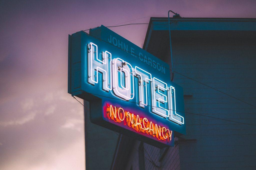 hotel logo verlicht