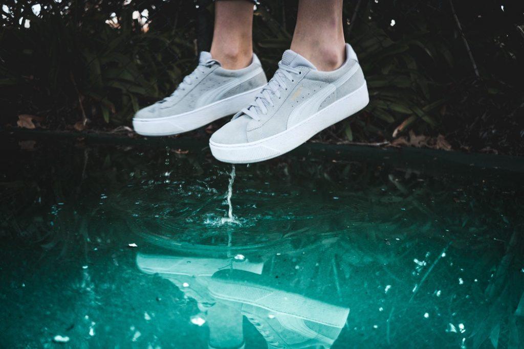 witte puma schoenen water