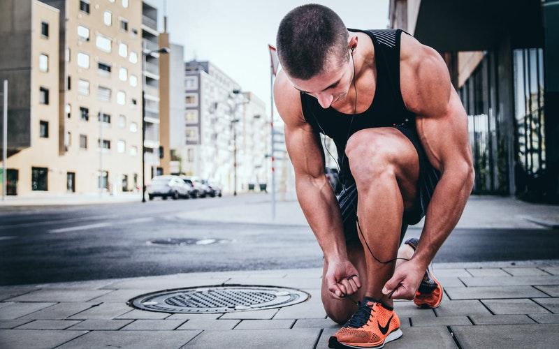 schoenen aantrekken fit man