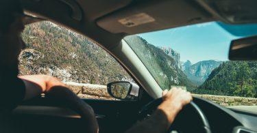 man uit het raam auto