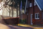 houten huis met tuin