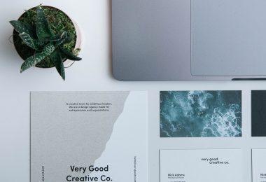 visitekaartjes met laptop
