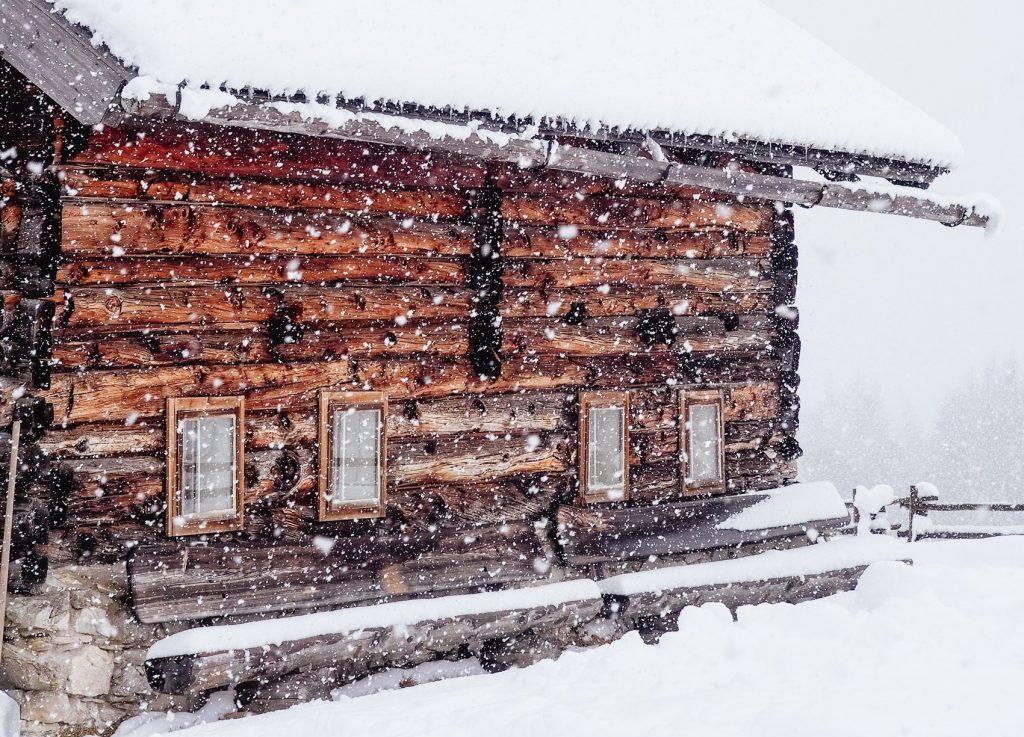 blokhut in sneeuw