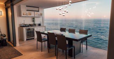 eetkamer met uitzicht op zee