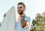 man met accesoires surfboard