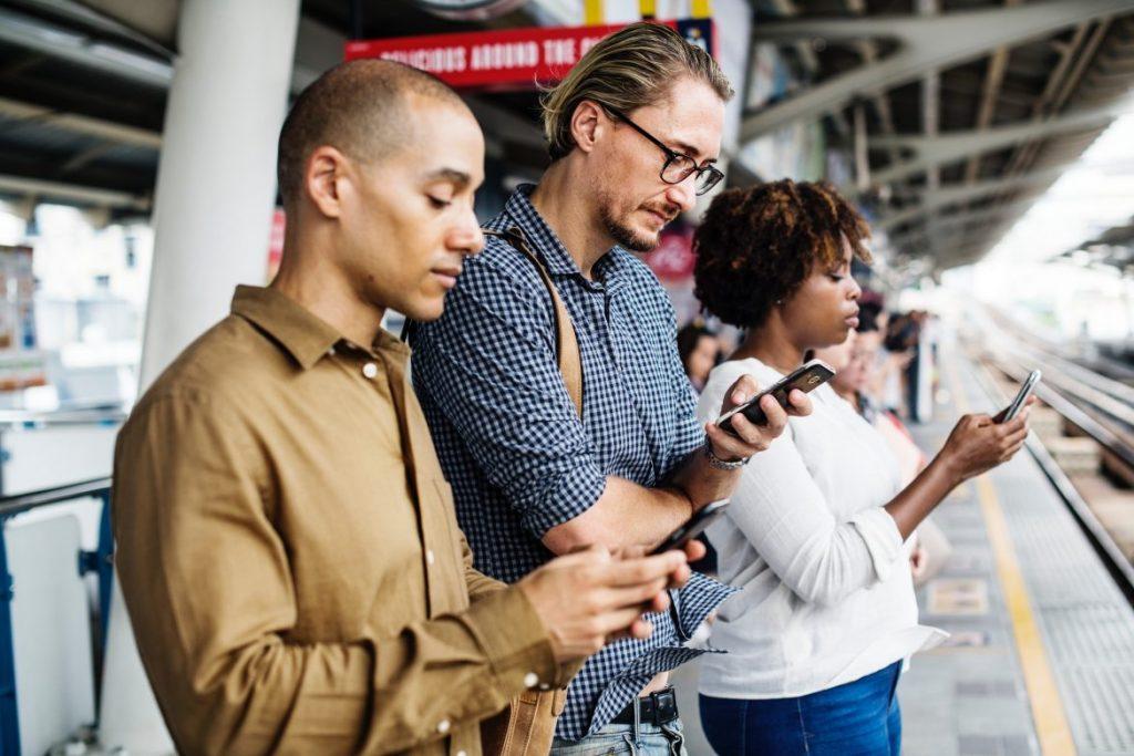 mensen op smartphone