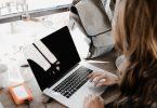 werk achter laptop