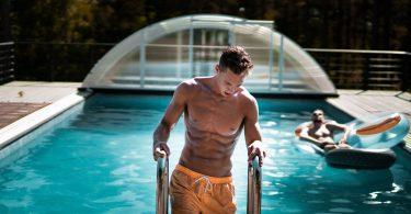zwembad man sixpack