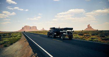 jeep met aanhangwagen