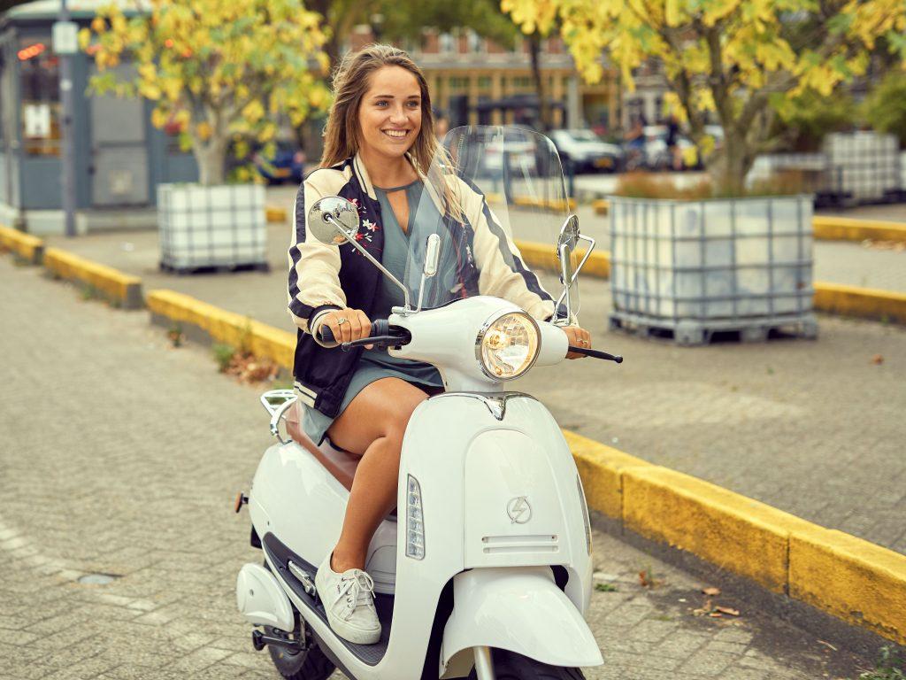 meisje op elektrische scooter blitss