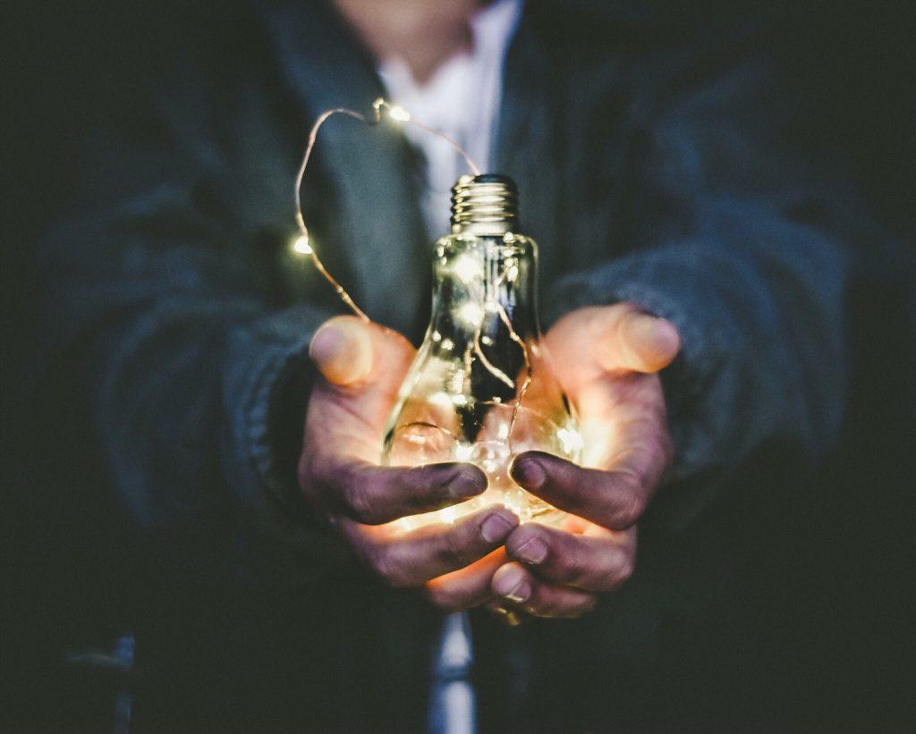 brandende-lamp-hand