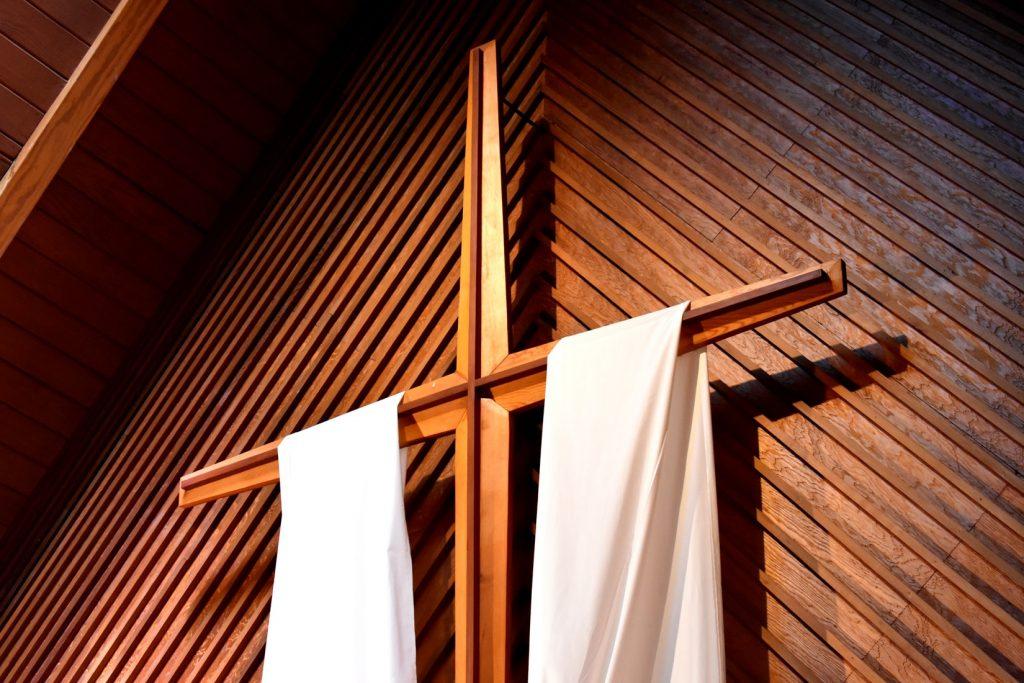 kerk-versiering-witte-doeken