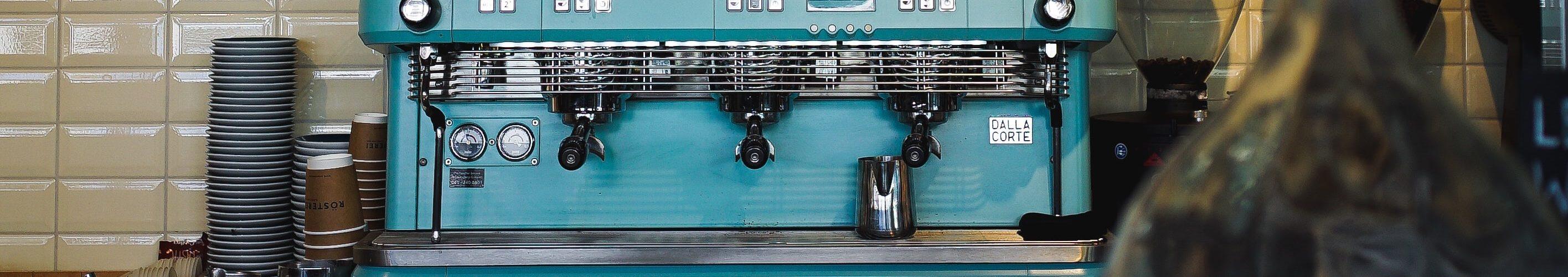 licht-blauwe-koffiemachine