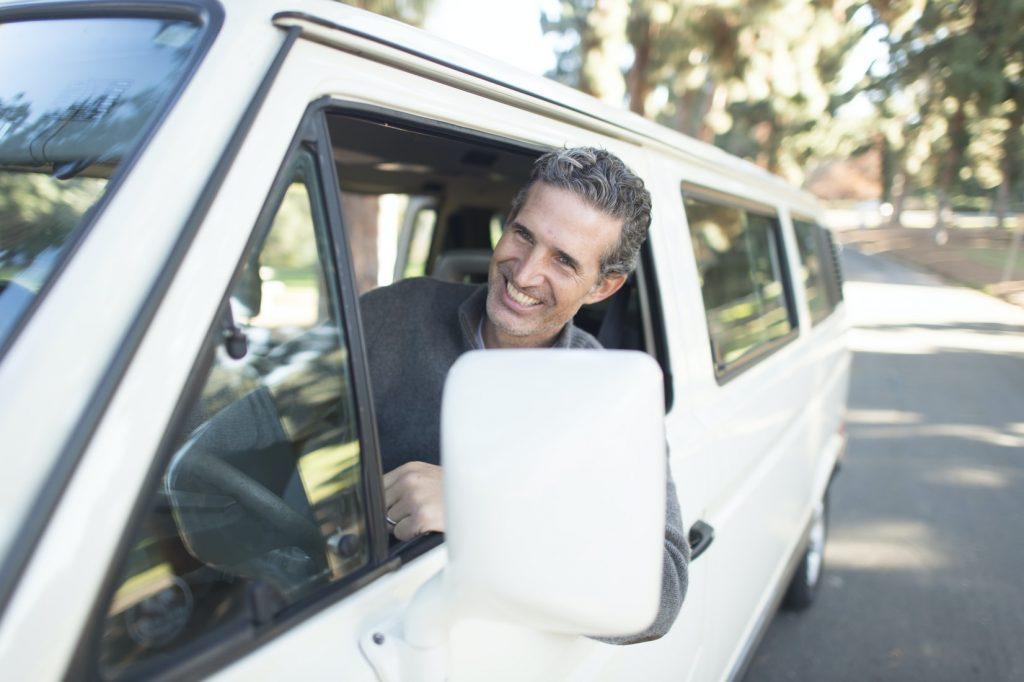man-lach-auto-rijden