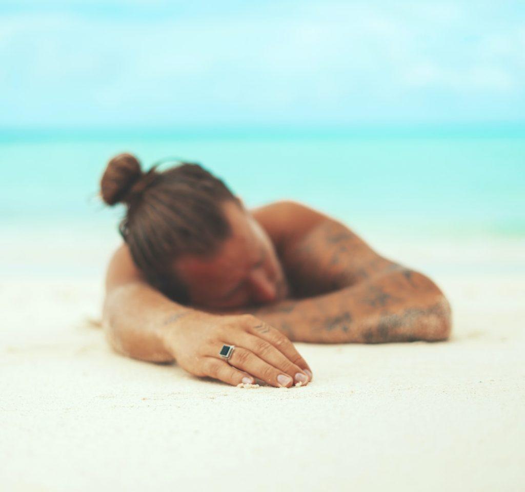 man-zonnen-strand
