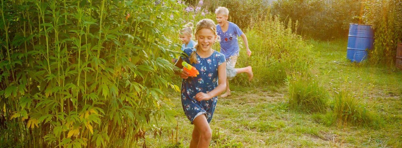 spelende-kinderen-tuin