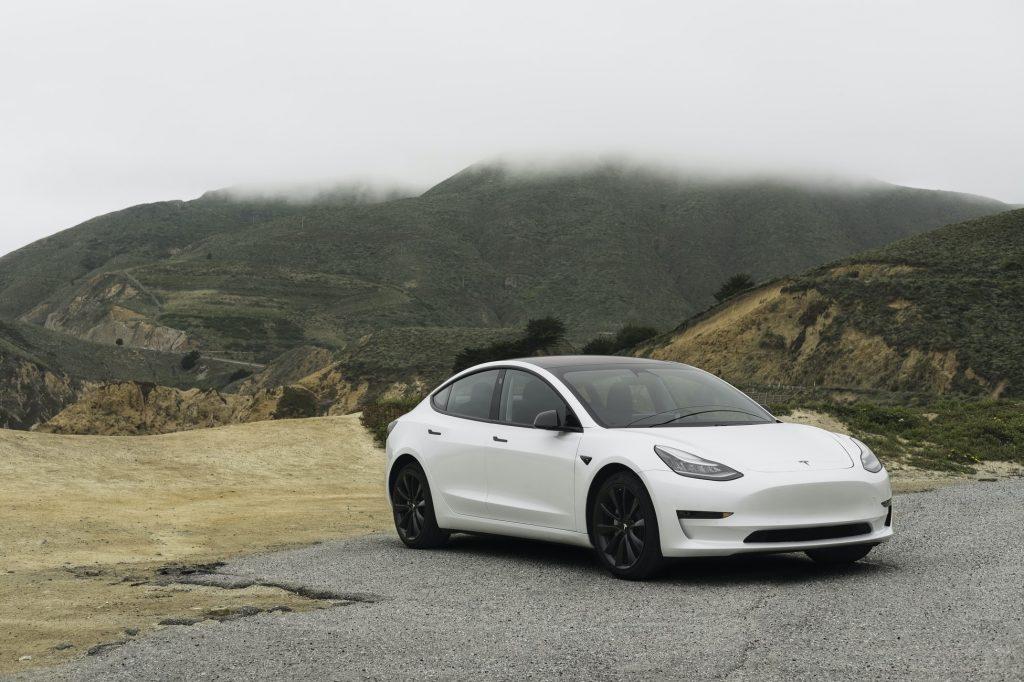 witte-tesla-bergen-auto