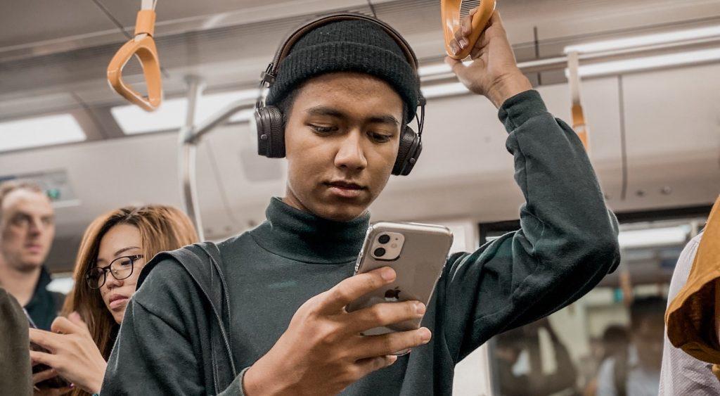 telefoon-metro-vrouw