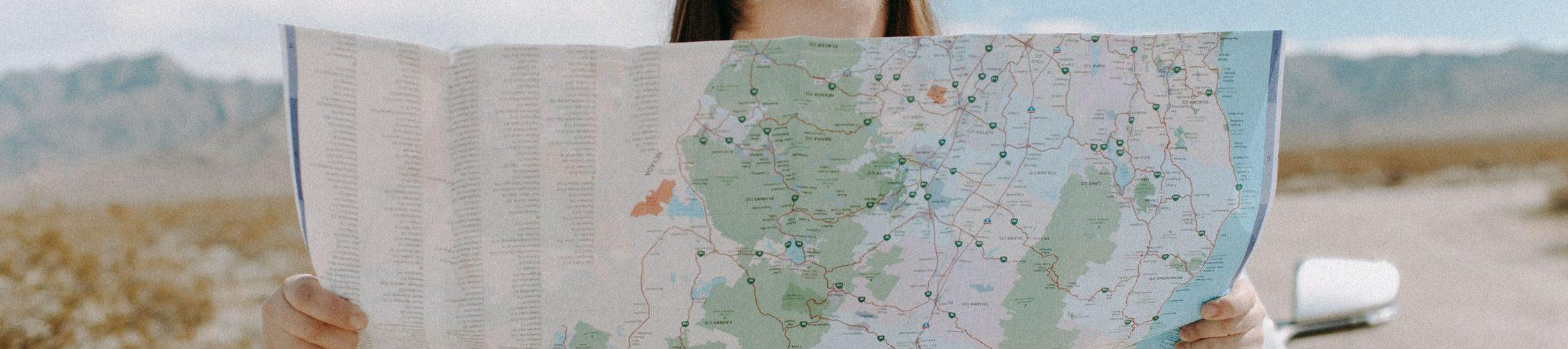 vrouw-kaart-lezen