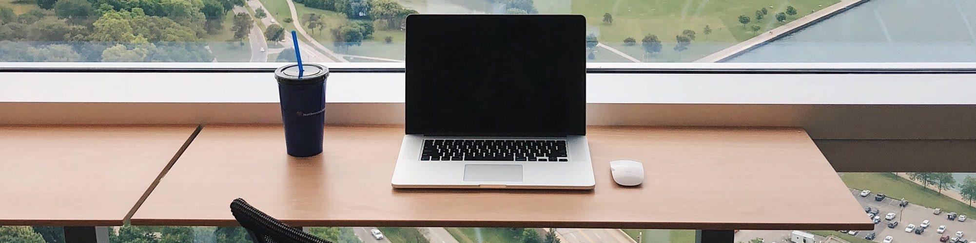 bureau-laptop-mooi-uitzicht