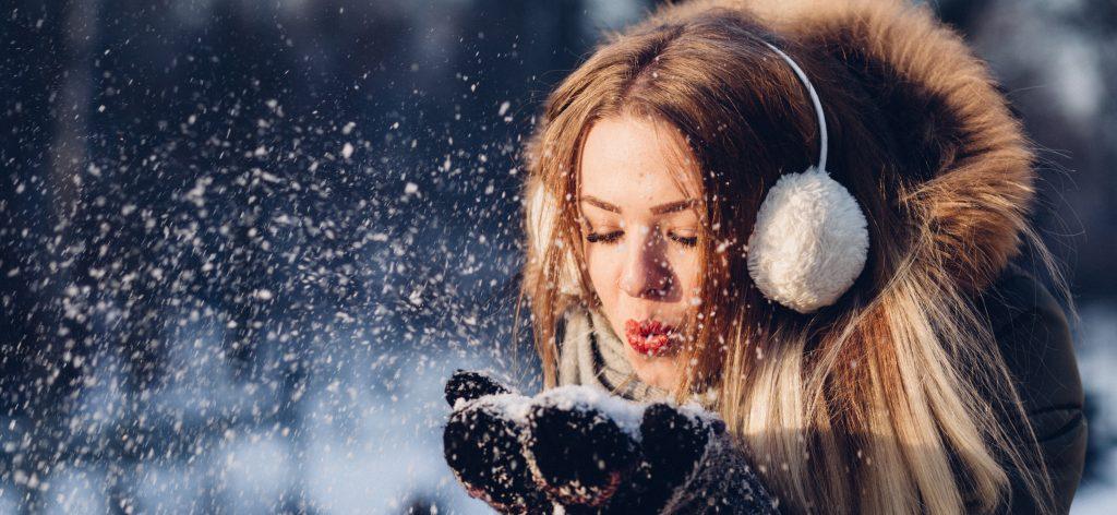 meisje-blaast-sneeuw