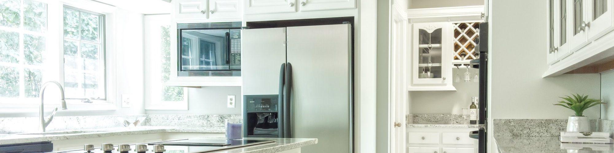 witte-keuken-zilveren-koelkast